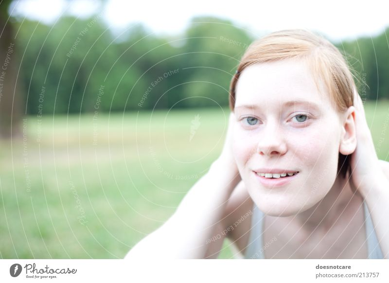 Love Song Mensch feminin Junge Frau Jugendliche Erwachsene 1 18-30 Jahre Fröhlichkeit Lächeln Freude rothaarig Farbfoto Außenaufnahme Textfreiraum links Tag