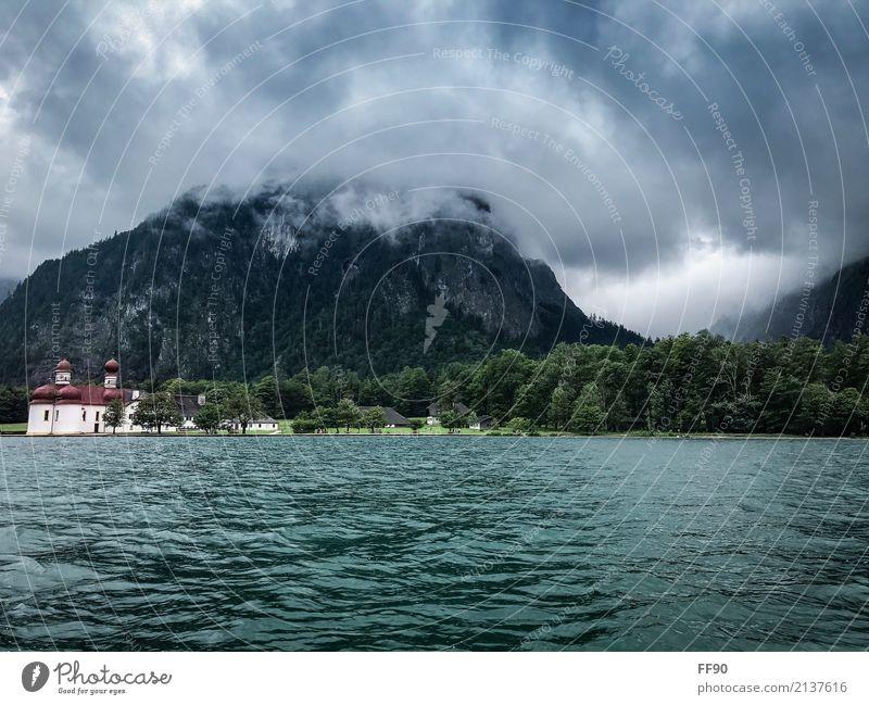 Epischer Königssee Himmel Wolken schlechtes Wetter Unwetter Felsen Alpen Berge u. Gebirge Gipfel Seeufer St. Bartholomä Dorf Kirche Schifffahrt Bootsfahrt