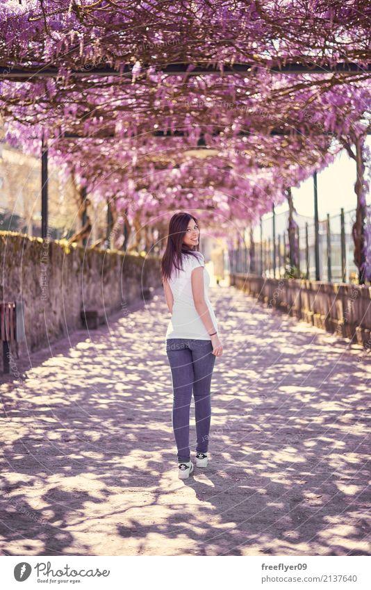 Junge Frau, die unter ein Blumendach geht Mensch Ferien & Urlaub & Reisen Jugendliche schön Freude 18-30 Jahre Erwachsene feminin Freiheit Tourismus Ausflug
