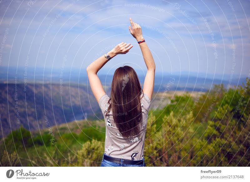 Mädchentanzen in der Natur Mensch Himmel Ferien & Urlaub & Reisen Jugendliche Pflanze Junge Frau Sommer Landschaft Wolken Freude 18-30 Jahre Berge u. Gebirge
