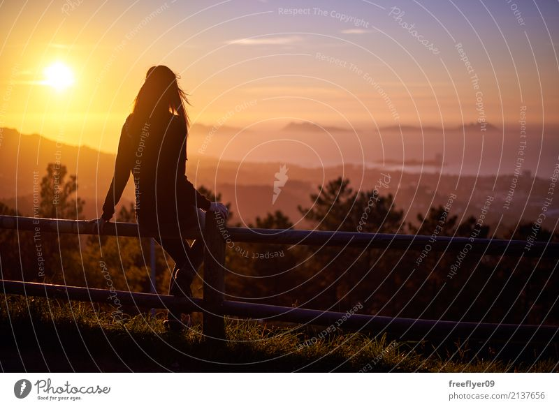 Frau, die den Sonnenuntergang über drei Inseln betrachtet Ferien & Urlaub & Reisen Tourismus Sommer Meer Mensch Junge Frau Jugendliche 1 18-30 Jahre Erwachsene