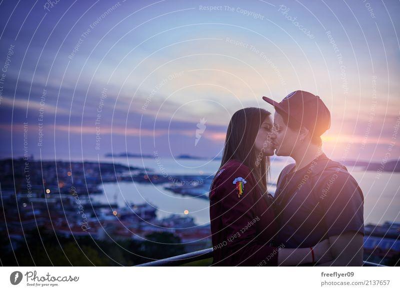 Paare, die bei Sonnenuntergang küssen Lifestyle Ferien & Urlaub & Reisen Sommerurlaub Flirten Mensch Junge Frau Jugendliche Junger Mann Partner 2 18-30 Jahre