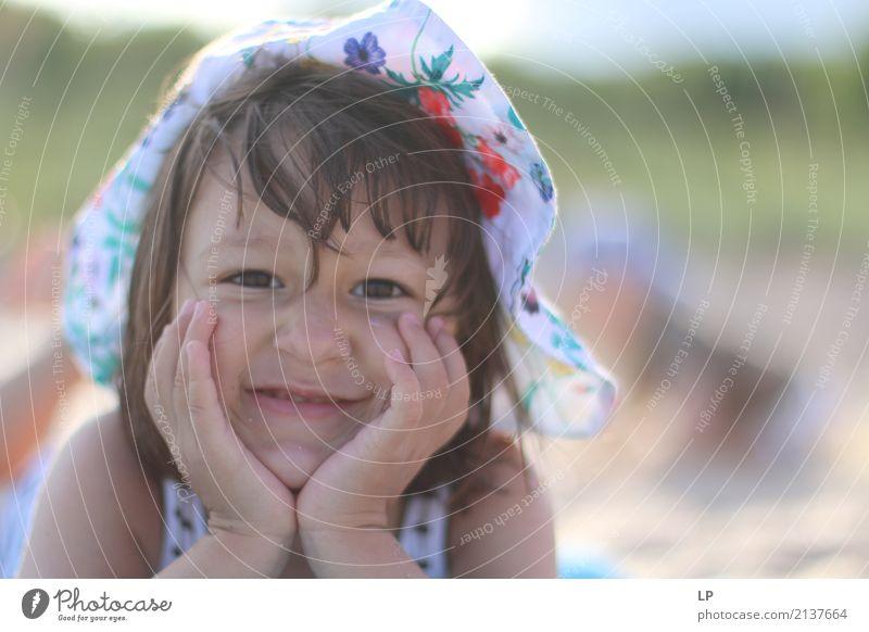 Porträt eines glücklichen Mädchens 1 Mensch Kind Ferien & Urlaub & Reisen Erholung ruhig Freude Erwachsene Leben Lifestyle lustig Gesundheit Gefühle Stil