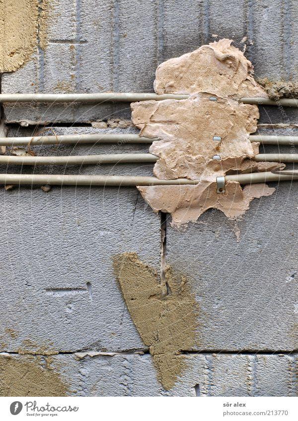 fixieren Wand grau Stein Mauer Elektrizität Kabel Baustelle festhalten machen Handwerk Kunststoff bauen Renovieren elektronisch Gips eckig