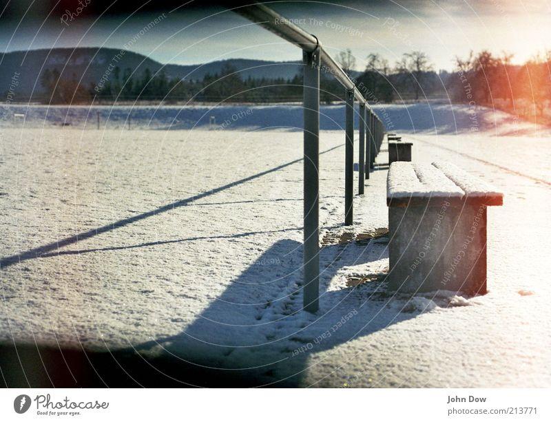Wintry Glowing weiß Winter Schnee leer Pause Vergänglichkeit Idylle leuchten analog Vergangenheit Geländer Schneelandschaft Schönes Wetter stagnierend glühen unberührt