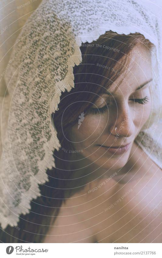 Junge schöne Frau von Spitze bedeckt Stil Sommersprossen Erholung Meditation Mensch feminin Junge Frau Jugendliche 1 18-30 Jahre Erwachsene Piercing rothaarig