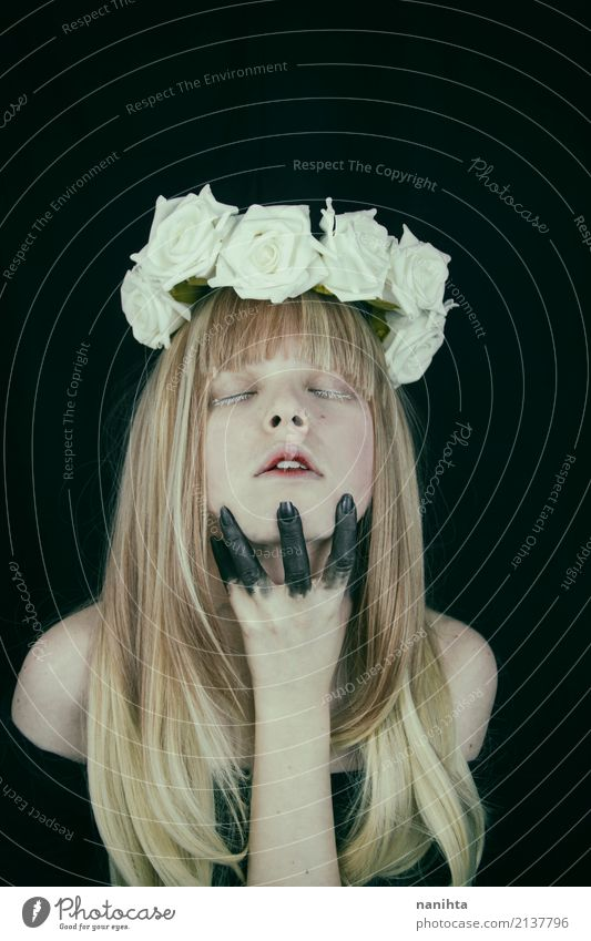 Künstlerisches Portrait einer jungen blonden Frau mit Rosen in ihrem Kopf elegant Stil Design schön Schminke Mensch feminin Junge Frau Jugendliche 1 18-30 Jahre