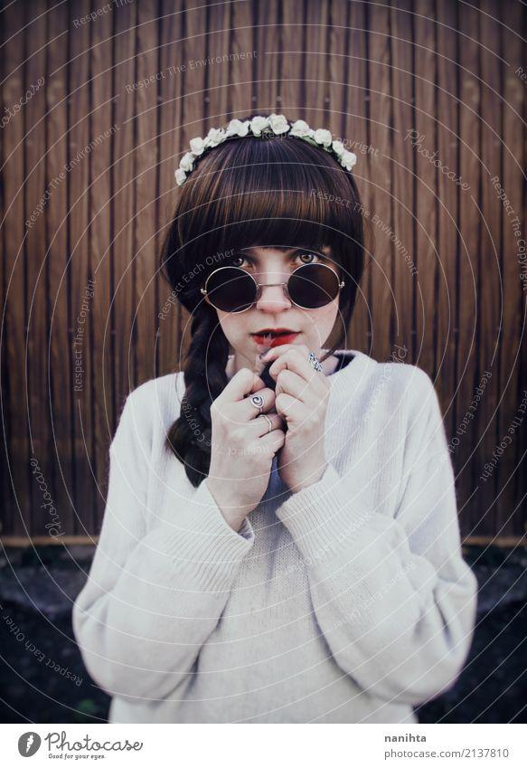 Junge Hippie-Frau mit Sonnenbrille Mensch feminin Jugendliche 1 18-30 Jahre Erwachsene Mode Pullover Ring Stirnband brünett langhaarig Zopf beobachten berühren