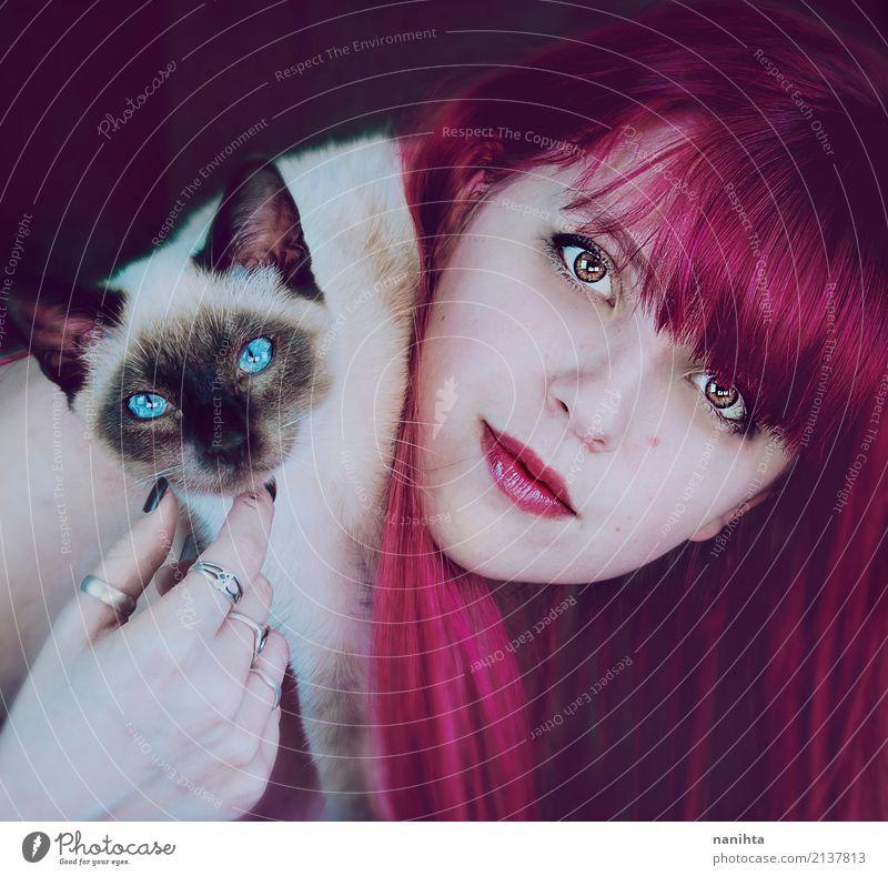 Junge Frau mit ihrer siamesischen Katze Mensch feminin Jugendliche 1 18-30 Jahre Erwachsene Ring rothaarig langhaarig Tier Haustier Hund Tiergesicht Tierjunges