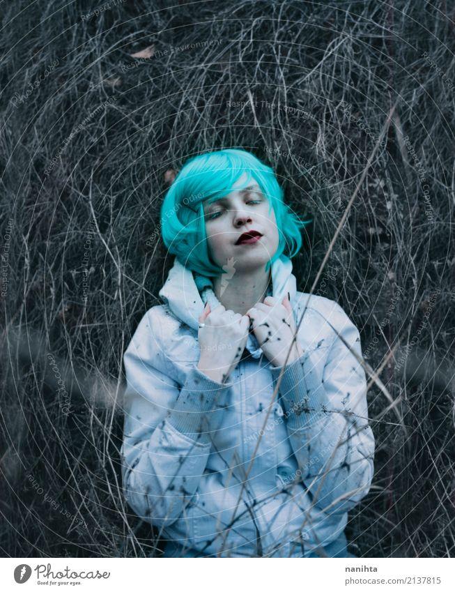 Junge verlorene Frau, die auf getrockneten Zweigen liegt Mensch Natur Jugendliche Pflanze Junge Frau schön weiß Einsamkeit Winter 18-30 Jahre dunkel Erwachsene