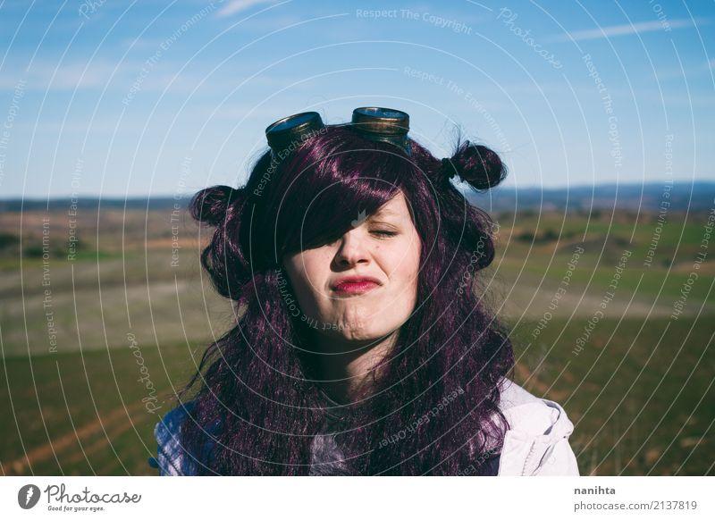 Junge Frau mit dem purpurroten Haar, das ein lustiges Gesicht macht Mensch Himmel Natur Ferien & Urlaub & Reisen Jugendliche Landschaft 18-30 Jahre Erwachsene