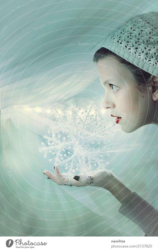 Junge Frau, die eine dekorative Schneeflocke hält schön Winter Feste & Feiern Weihnachten & Advent Silvester u. Neujahr Mensch feminin Jugendliche 1 18-30 Jahre