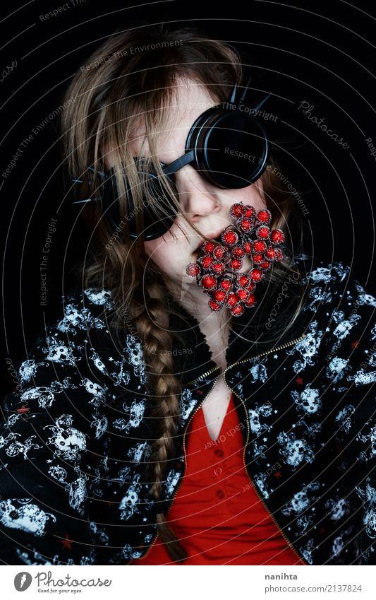 Junge seltsame Frau mit gefälschten Beeren in ihrem Mund Karneval Halloween Mensch feminin Junge Frau Jugendliche 1 18-30 Jahre Erwachsene Kunst Jugendkultur