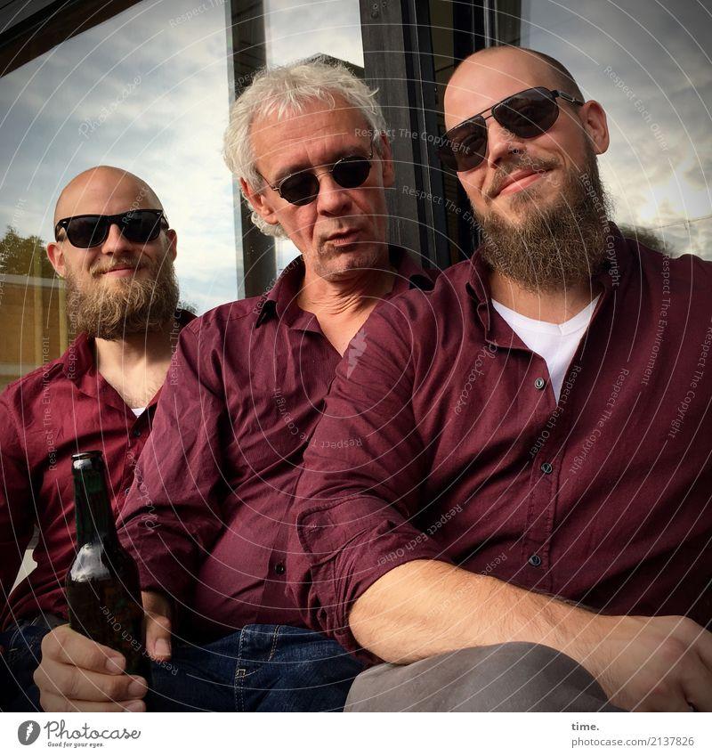 Ton in Ton | in Ton Flasche maskulin Mann Erwachsene 3 Mensch Fenster Hemd Sonnenbrille blond grauhaarig Vollbart beobachten festhalten Blick sitzen
