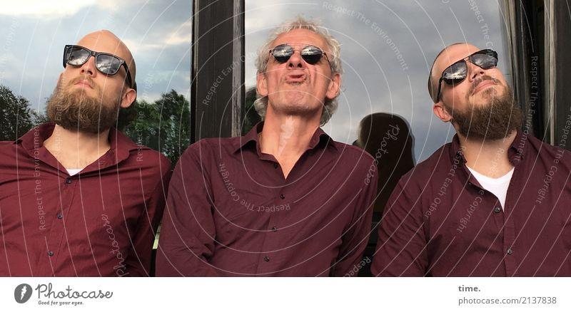 Warten auf die Transzendenz maskulin Mann Erwachsene 1 Mensch Fassade Fenster Hemd Sonnenbrille grauhaarig langhaarig Glatze Vollbart beobachten Blick Coolness