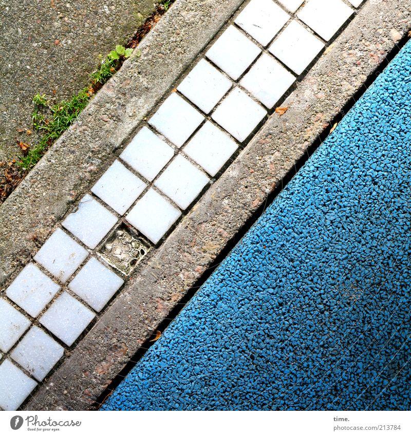 Erinnerungsstück Straße Stein Beton außergewöhnlich eckig kaputt klein modern blau grau Farbe Mosaik Bodenbelag Straßenbelag Belag Farbstoff parallel diagonal