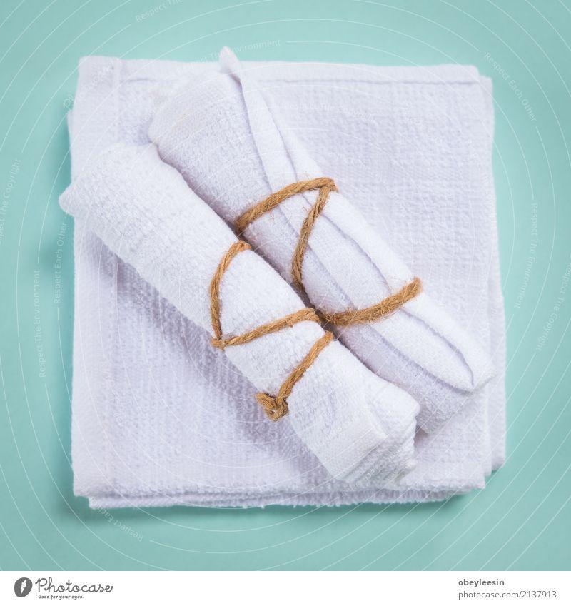 Aufgerollte weiße Badekurorttücher, selektiver Fokus Reichtum Design Wellness Erholung Spa Stoff frisch hell natürlich neu Sauberkeit weich blau vereinzelt