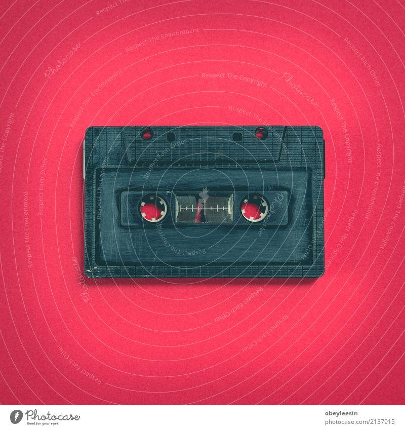 Herzform von Kassette über Papierhintergrund alt weiß Liebe Spielen dreckig retro Musik Technik & Technologie Kunststoff Medien hören durchsichtig analog