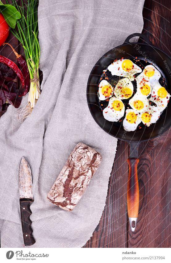 Gebratene Wachteleier grün rot Speise natürlich oben frisch Kräuter & Gewürze Küche lecker Restaurant Frühstück Tradition Brot Abendessen Essen zubereiten