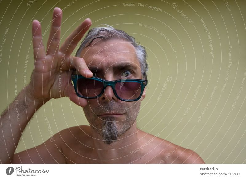 Blick in die Kamera Mann Erwachsene Gesicht Auge lustig Nase Finger Brille 45-60 Jahre Bart skurril Sonnenbrille Interesse skeptisch Hochmut bewegungslos