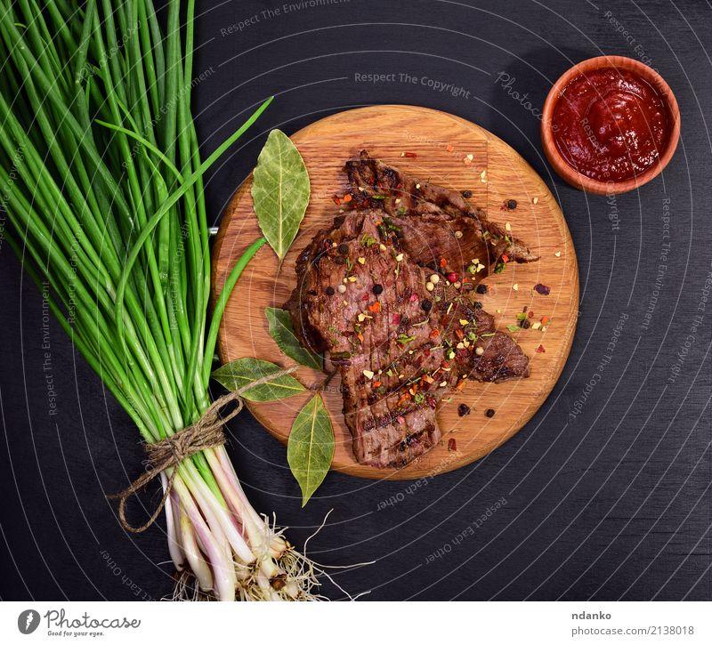 gegrilltes Stück Kalbfleisch Fleisch Gemüse Kräuter & Gewürze Ernährung Mittagessen Abendessen Tisch Küche Holz Essen frisch oben saftig grün rot Zwiebel Speise