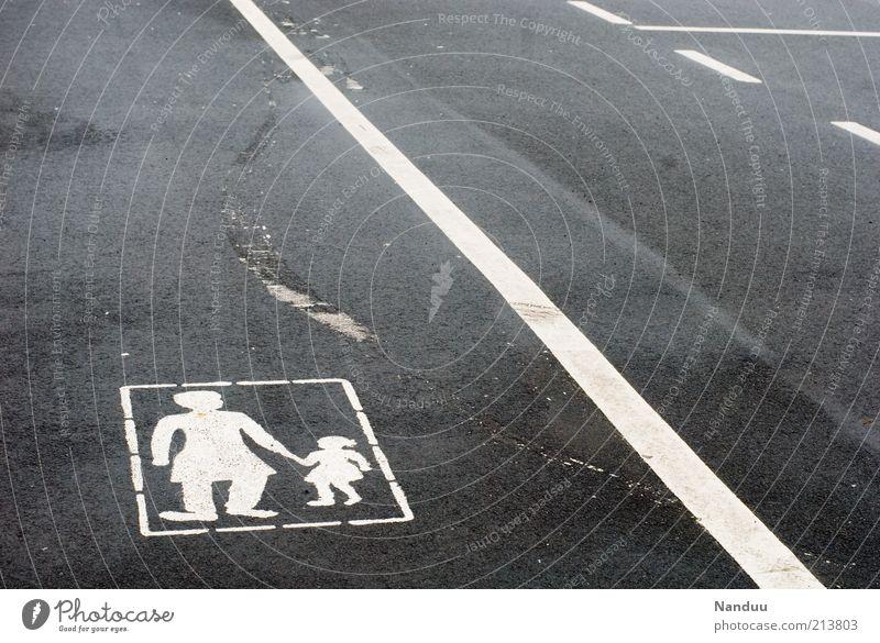 Spurensuche Frau Kind Mensch Straße grau Wege & Pfade Linie Verkehr Streifen Asphalt Zeichen Grenze Fußweg Spuren Fußgänger kurz