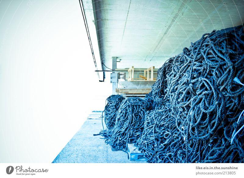 Neulich unter der Skisprungschanze weiß blau Beton Seil Netz Schnur entdecken Angeln Knoten Fischereiwirtschaft Lager Versteck Innsbruck Seilrolle