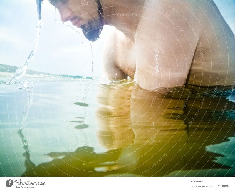 Kopf hoch! Mensch Mann Jugendliche Wasser Ferien & Urlaub & Reisen Sommer Freude Erwachsene Gesicht kalt Leben See Schwimmen & Baden maskulin Wassertropfen Junger Mann