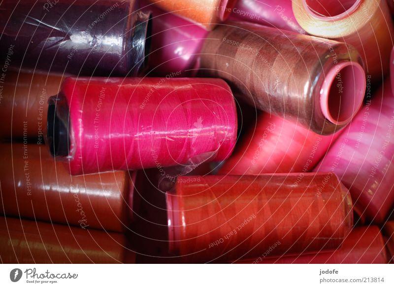 Nähgarn rot Farbe braun glänzend rosa mehrere Kitsch violett Kunststoff viele Rolle unordentlich verpackt knallig