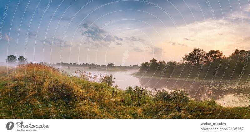 Misty River am Morgen. Panorama. Warmer Sommermorgen Himmel Natur Ferien & Urlaub & Reisen grün Baum Landschaft Ferne Strand Wald Wärme gelb Herbst Gras