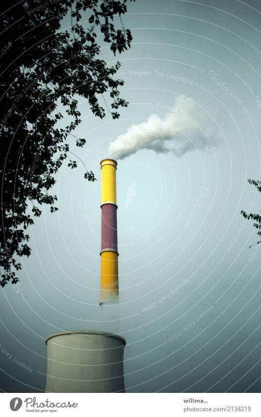 rauchender schornstein vom heizkraftwerk Energiewirtschaft Heizkraftwerk Kühlturm Fernwärme Elektrizität Chemnitz Rauch Wasserdampf Klimawandel Schornstein hoch