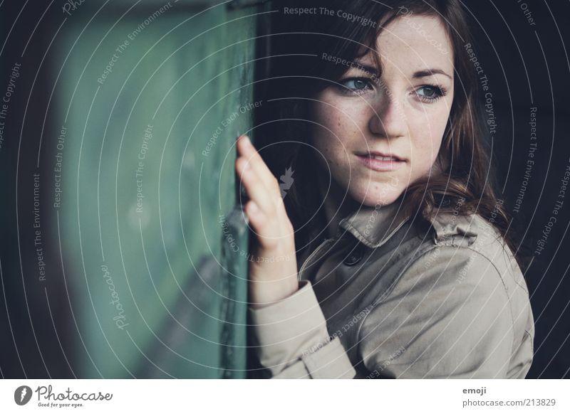 Jade feminin Junge Frau Jugendliche 1 Mensch 18-30 Jahre Erwachsene beobachten berühren grün Zweifel Wand Mauer anlehnen Gesicht Kopf intensiv natürlich direkt
