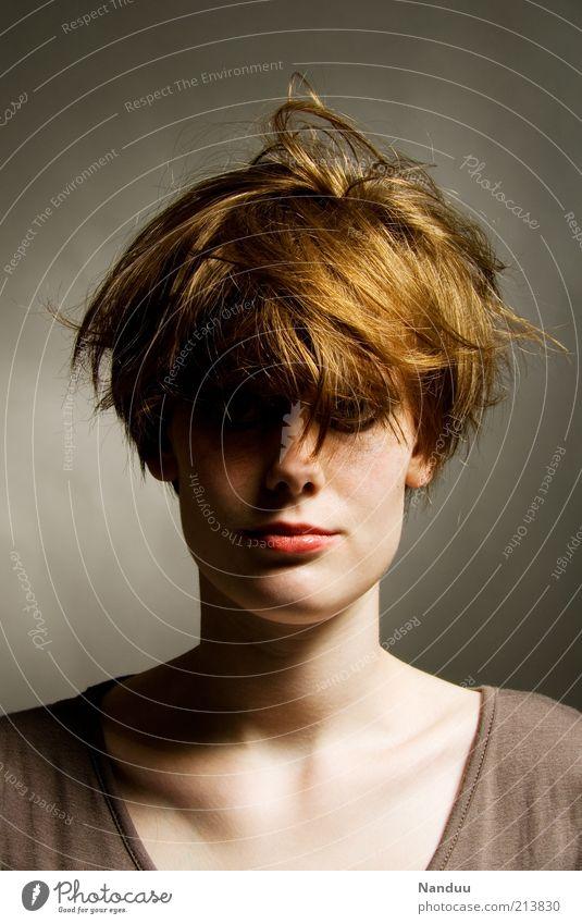indie wirr duell Jugendliche Haare & Frisuren Erwachsene modern dünn wild außergewöhnlich Porträt trashig Frau rothaarig ernst Haarsträhne kurzhaarig