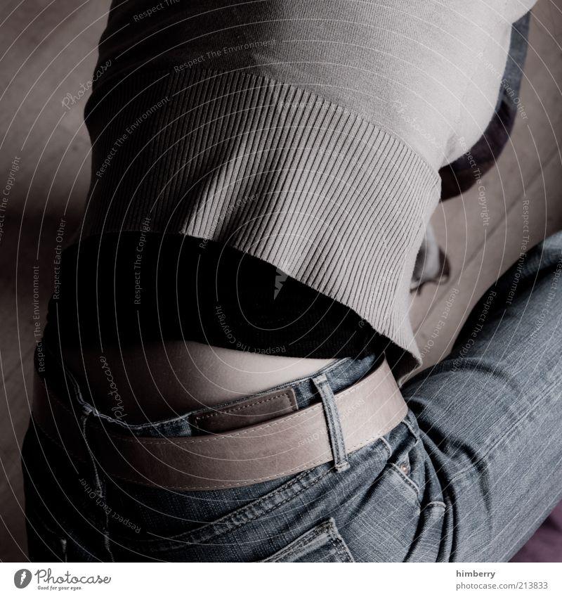 rücksicht Lifestyle Stil Mensch feminin Junge Frau Jugendliche Haut Rücken Beine 1 18-30 Jahre Erwachsene Mode Bekleidung Hemd Jeanshose Pullover Stoff Gürtel