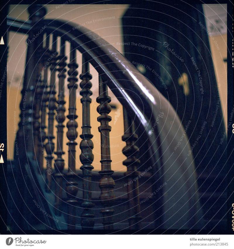 jetzt geht´s aufwärts Gebäude Treppe Tür braun gelb Treppengeländer analog Mittelformat Treppenhaus Farbfoto Froschperspektive Flur Innenaufnahme Holz