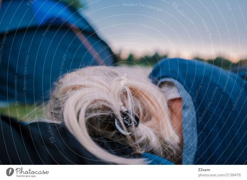 fix und alle Ferien & Urlaub & Reisen Abenteuer Camping Junge Frau Jugendliche Natur Landschaft Sommer Seeufer blond langhaarig Zelt Erholung schlafen ruhig