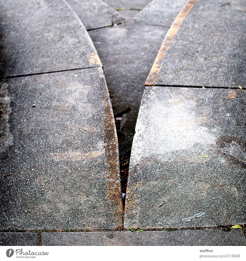 [H10.1] V-Ausschnitt grau Wege & Pfade Stein orange Beton Treppe Teilung Trennung silber Entscheidung Abzweigung Textfreiraum links Bauwerk Steinplatten geteilt