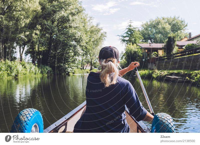 Auf in die Stadt Lifestyle Freizeit & Hobby Ferien & Urlaub & Reisen Abenteuer Freiheit Kanu Junge Frau Jugendliche 18-30 Jahre Erwachsene Natur Landschaft