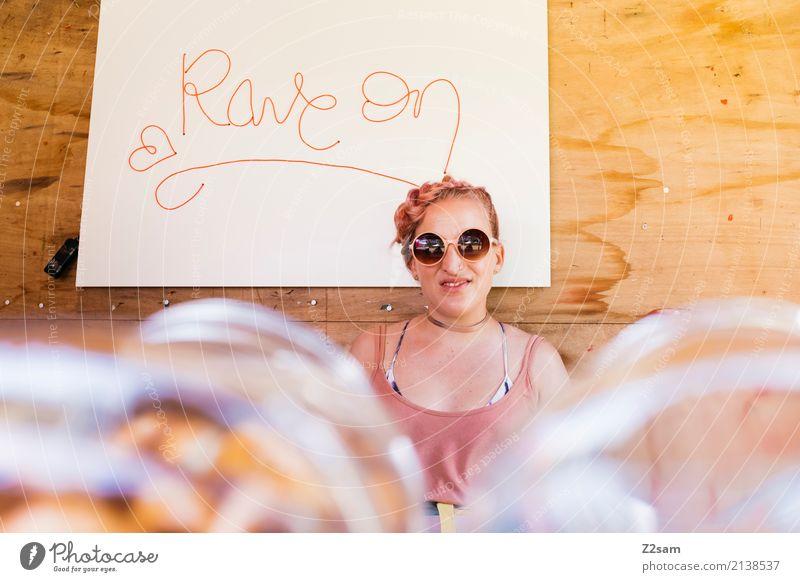 RAVE ON! Jugendliche Junge Frau Sommer Sonne 18-30 Jahre Erwachsene Lifestyle natürlich feminin Stil lachen Party Feste & Feiern rosa elegant retro