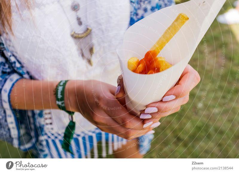 lecker Pommes für den frieden Natur Jugendliche Junge Frau schön Hand 18-30 Jahre Erwachsene Essen Lifestyle Wiese Stil Mode Party Feste & Feiern elegant frisch