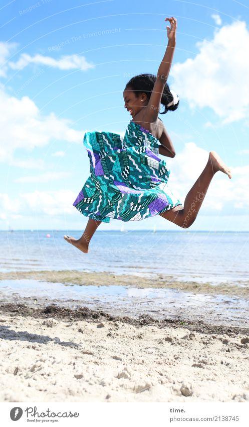 in   Feierlaune   über den Strand schweben Mensch Ferien & Urlaub & Reisen schön Freude Mädchen Leben Küste Bewegung feminin Glück fliegen Sand springen