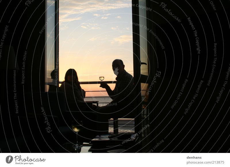 wenn das so ist.. Himmel Meer Ferien & Urlaub & Reisen schwarz Paar Zufriedenheit Zusammensein trinken Romantik Wein Lebensfreude Balkon genießen gemütlich Lebensmittel Freude
