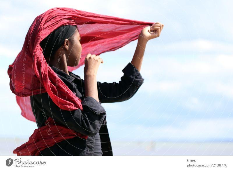 Arabella feminin Frau Erwachsene 1 Mensch Himmel Wolken Sommer Schönes Wetter Jacke Stoff Tuch Kopftuch schwarzhaarig beobachten Bewegung Erholung festhalten