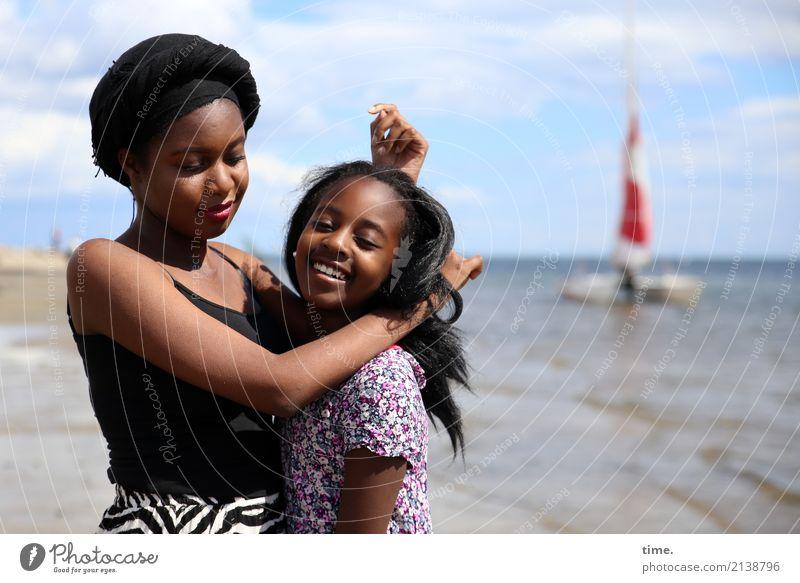 Arabella und Gloria feminin Mädchen Frau Erwachsene 2 Mensch Sommer Schönes Wetter Küste Strand Ostsee T-Shirt Kleid Mütze schwarzhaarig langhaarig Blick stehen