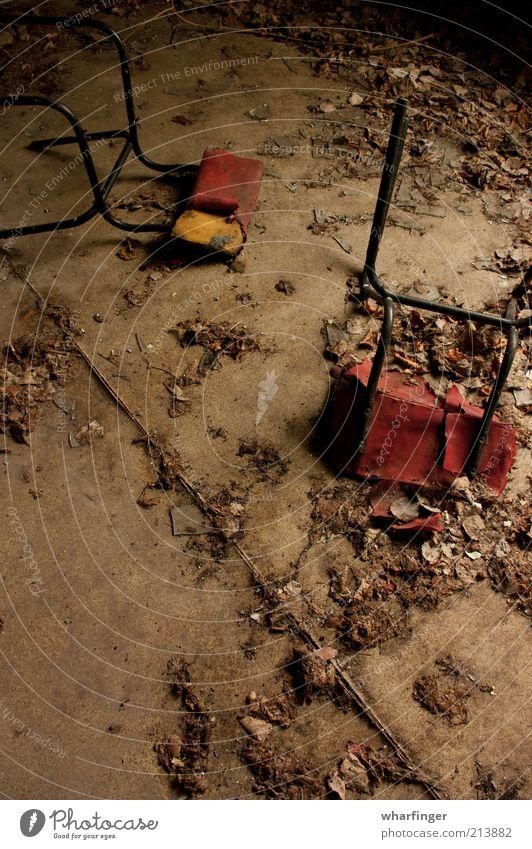 Stuhltanz alt rot schwarz gelb Farbe dunkel kalt Stein Metall dreckig ästhetisch trist Stuhl nah kaputt einfach
