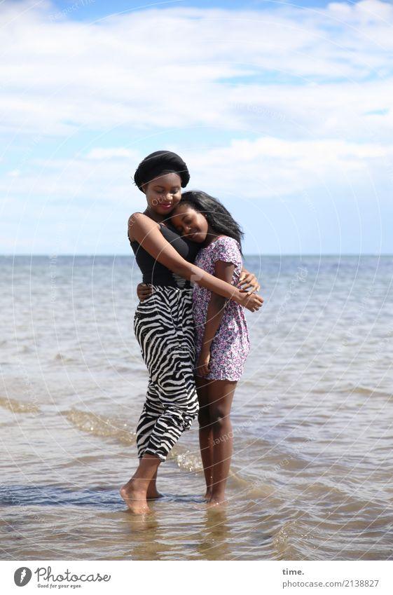 Arabella und Gloria feminin Mädchen Frau Erwachsene 1 Mensch Himmel Wolken Horizont Küste Ostsee T-Shirt Hose Kleid Kopftuch schwarzhaarig langhaarig festhalten