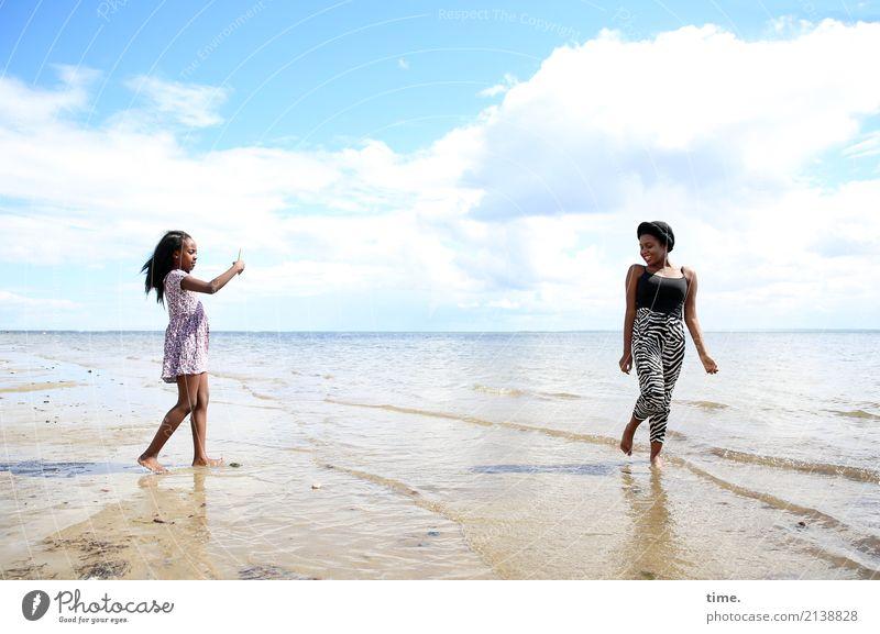 Gloria und Arabella feminin Frau Erwachsene 1 Mensch Wasser Himmel Wolken Schönes Wetter Wellen Küste Strand Ostsee Kleid schwarzhaarig langhaarig beobachten