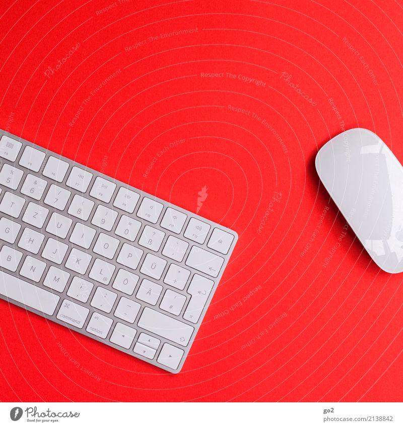 Tastatur und Maus auf rotem Hintergrund Schule Studium Arbeit & Erwerbstätigkeit Beruf Büroarbeit Arbeitsplatz Medienbranche Werbebranche Business Computer