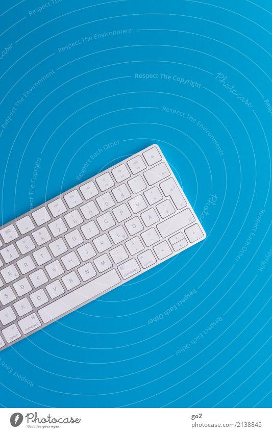 Tastatur auf blauem Hintergrund weiß Schule Design Büro Schriftzeichen Kommunizieren Technik & Technologie ästhetisch Telekommunikation Computer Studium Bildung