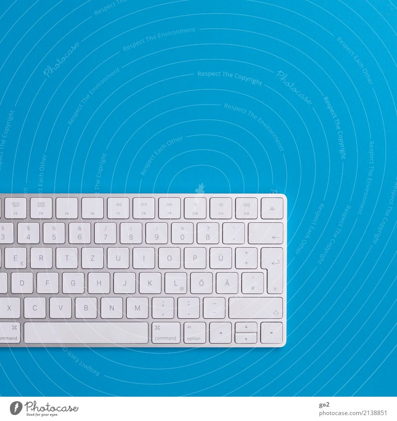 Tastatur auf blauem Hintergrund Computerspiel Schule lernen Studium Arbeit & Erwerbstätigkeit Beruf Büroarbeit Arbeitsplatz Medienbranche Werbebranche Business